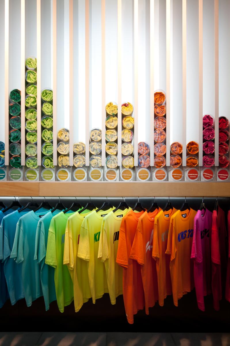 Facet Studio разработали стеллажи для демонстрации футболок.