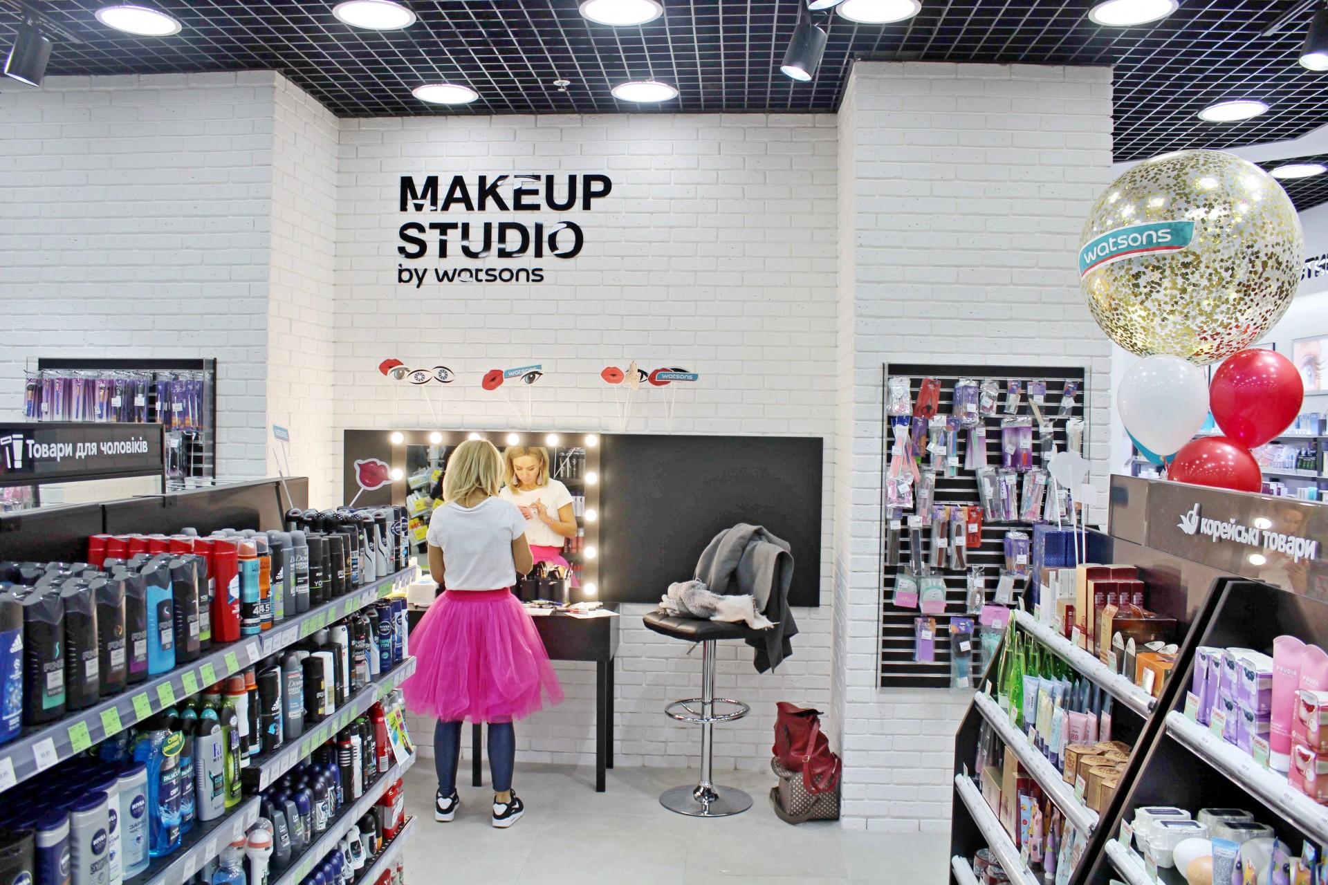 Пример микса нескольких форматов: make-up студия в магазине beauty-формата Watsons, Киев