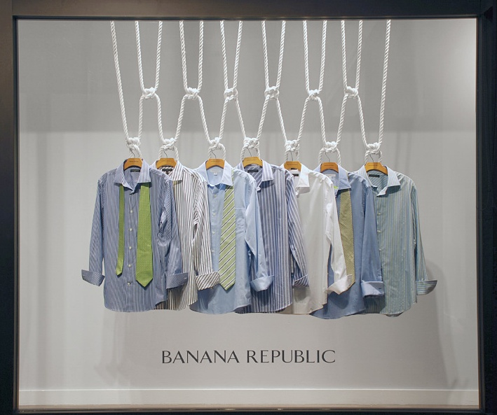 Конструкции для демонстрации одежды в BANANA REPUBLIC