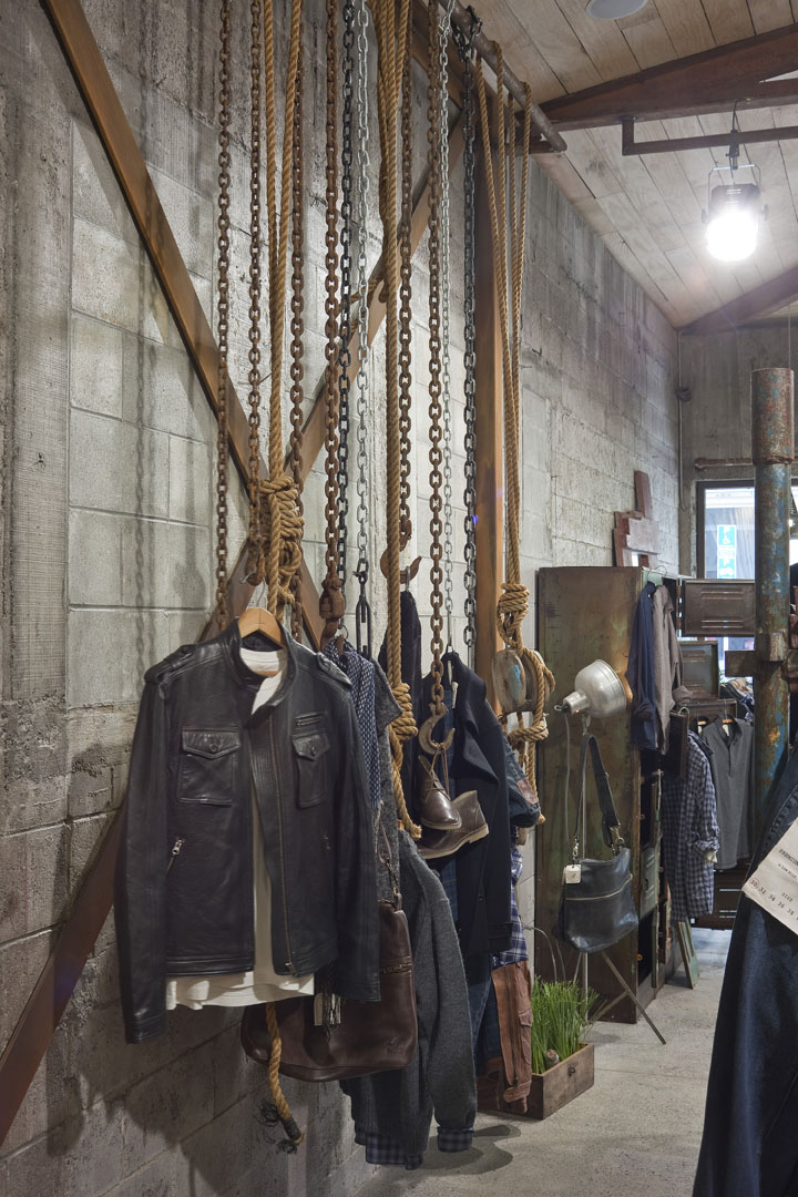 Цепи для демонстрации одежды в магазине Rodd & Gun