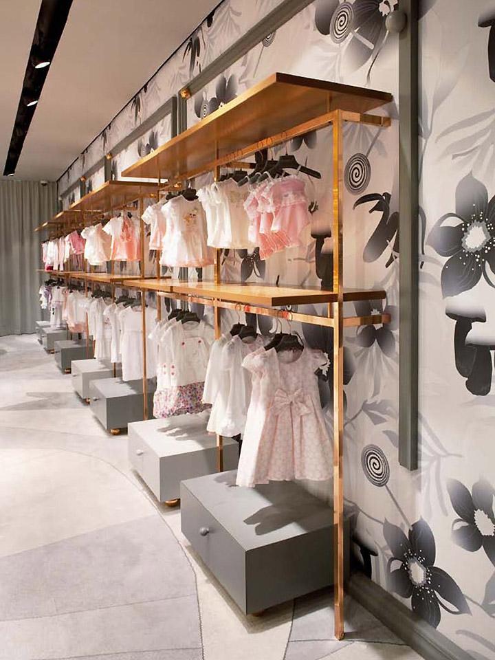 Стеллажи в бутике высокой моды Bambini
