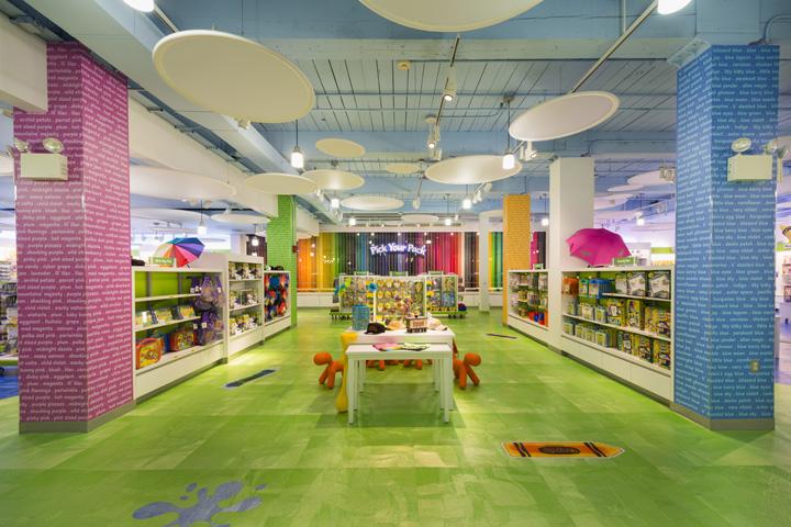 Crayola Retail Store: интерьер и стеллажи